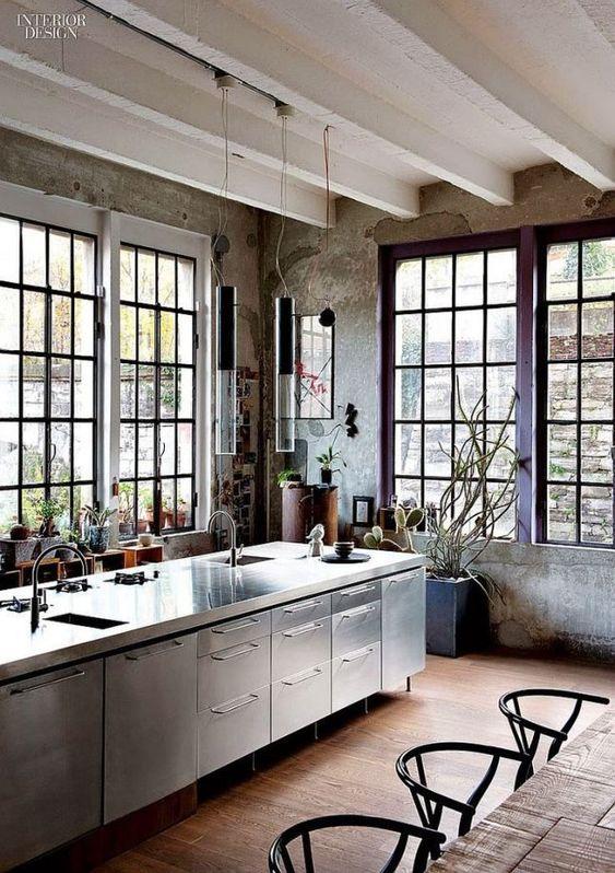Loft con cucina in stile industriale in acciaio