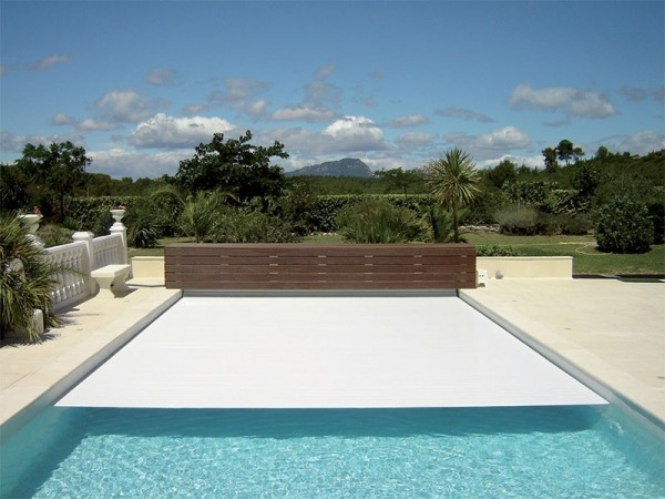 piscina esterna con copertura