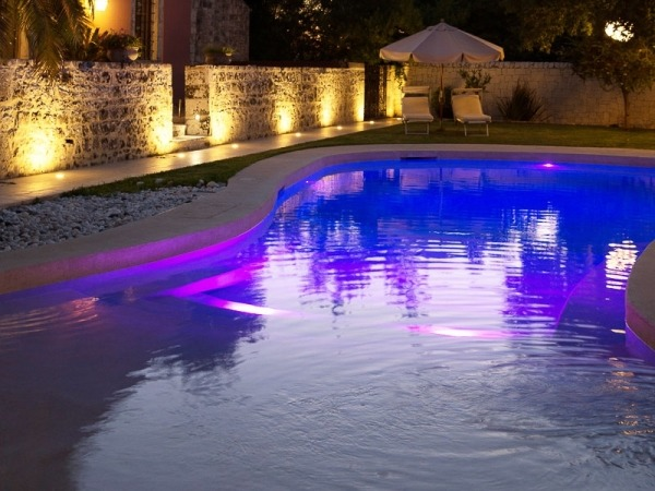 piscina di design illuminata